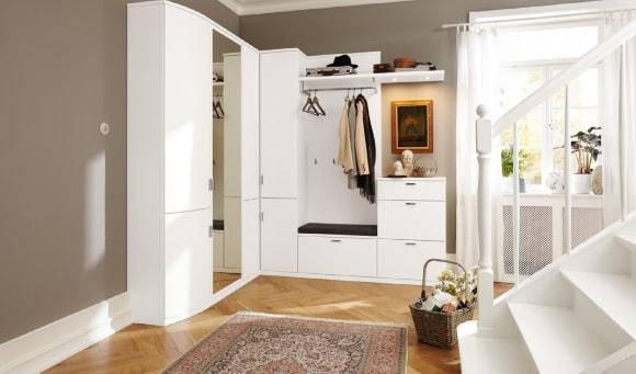 Прихожая в коридоре, выполненная в современном стиле
