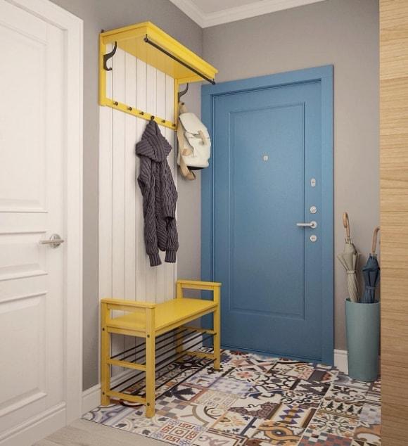 Прихожая желтого оттенка в коридоре