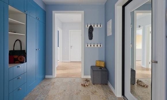 Синяя прихожая в коридоре