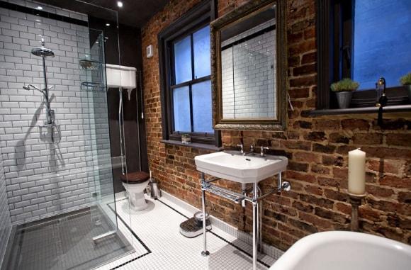 Ванная и туалет с кирпичной стеной в стиле лофт