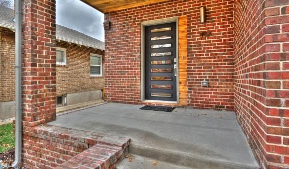 Входная дверь в лофт-интерьере