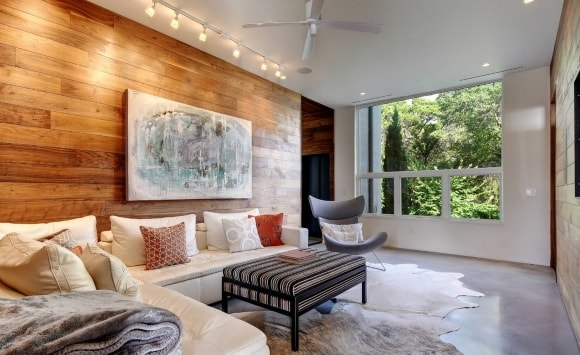 Декорирование стен за диваном ламинатом