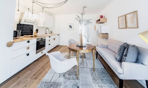 Диван в интерьере кухни скандинавского стиля