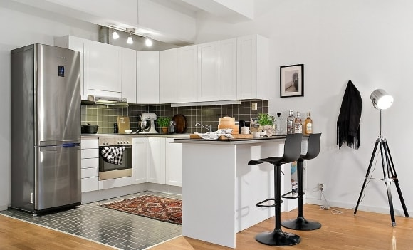 Кухня скандинавского стиля с барной стойкой в комплекте