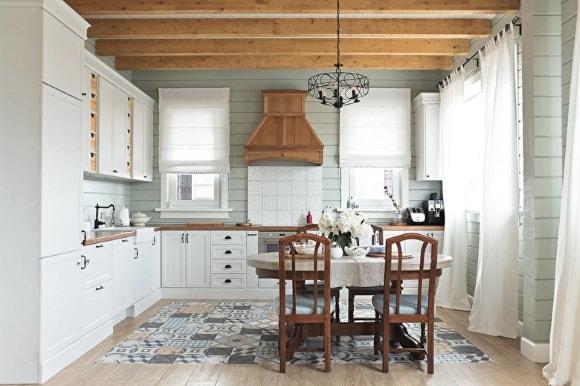 Кухня в доме скандинавского стиля из дерева