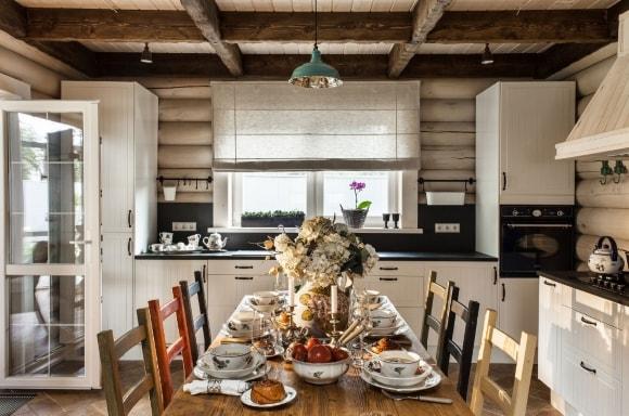 Кухня в скандинавском стиле в деревянном доме