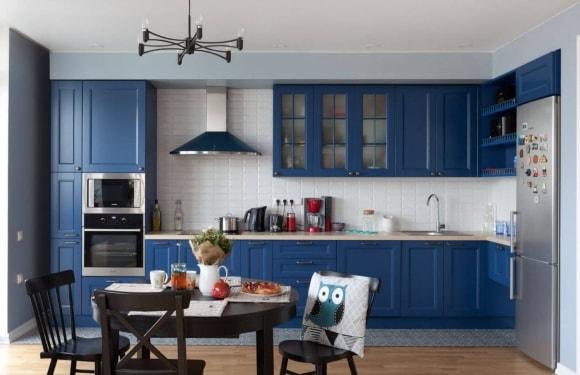 Кухонный гарнитур синего цвета в скандинавском стиле