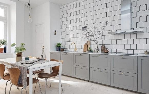 Кухонный гарнитур в скандинавском стиле без верхних шкафов