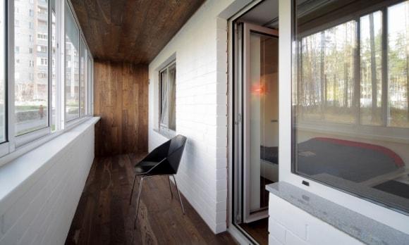 Ламинат на стенах и потолке в интерьере балкона