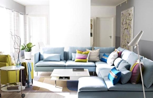 Мебель в большой гостиной, выполненная в сканди-стиле