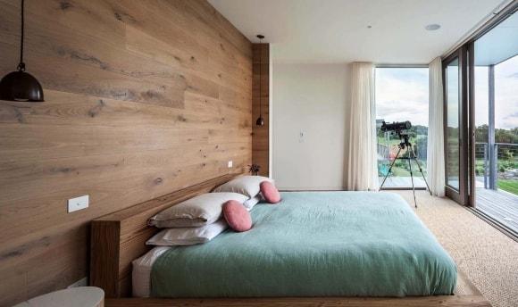 Обшивка стены спальни ламинатом