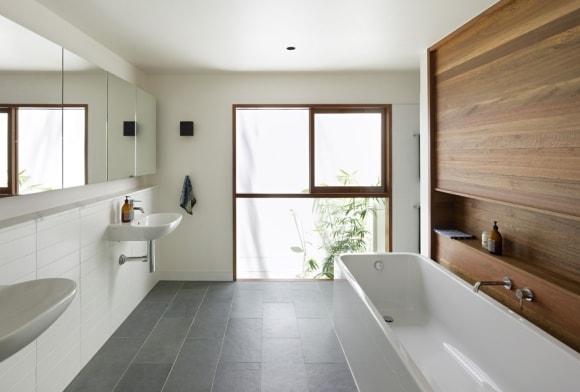Обшивка стены ванной панно из ламината