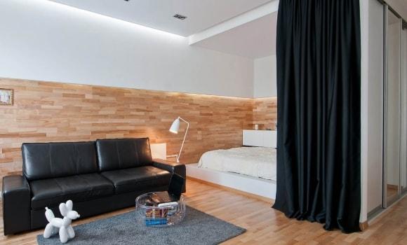 Пример декорирования стен гостиной ламинатом