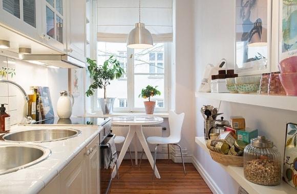 Римские шторы в интерьере кухни скандинавского стиля