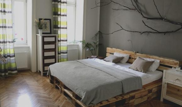 Самодельные кровать из поддонов в интерьере скандинавского стиля
