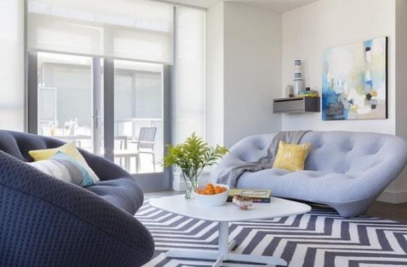 Скандинавская мягкая мебель в маленькой гостиной