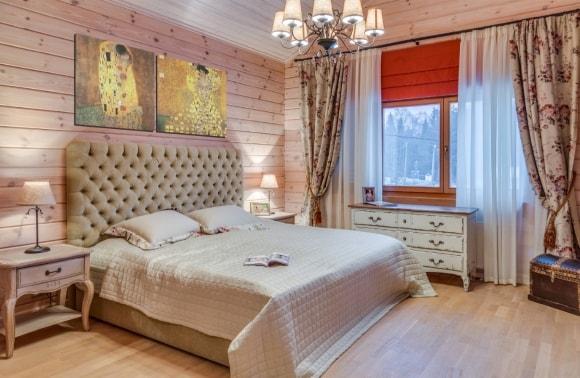 Спальня скандинавского стиля в доме из дерева