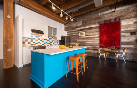 Стена на кухне обшитая ламинатом