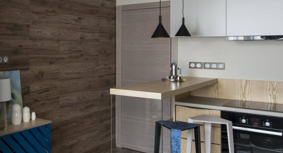 Стена на кухне, отделанная ламинатом
