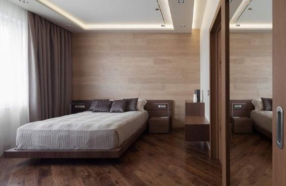 Стена спальни зашитая ламинатом