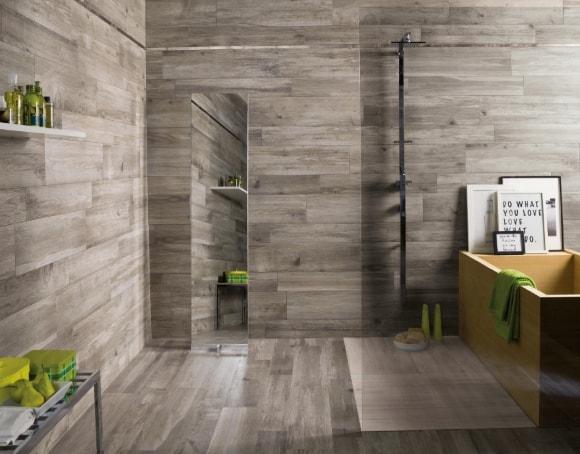 Стена ванной зашитая ламинатом
