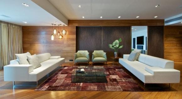 Стены гостиной зашитые ламинатом