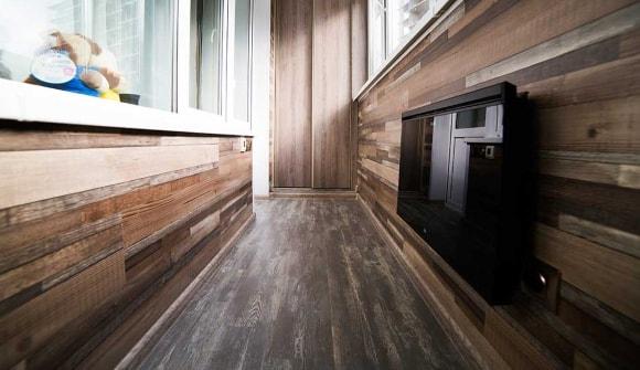 Стены и потолок лоджии, отделанные ламинатом