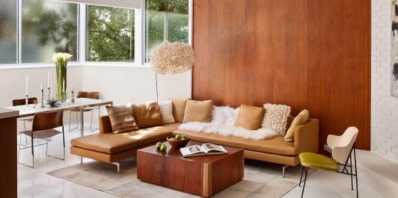 Вариант отделки стен за диваном ламинатом