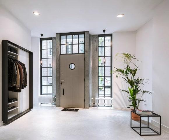 Входная сплошная дверь в интерьере скандинавского стиля