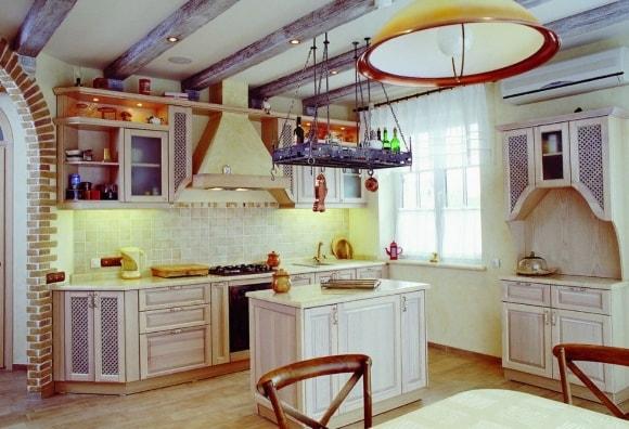 Кухня в стиле прованс с балками на потолке