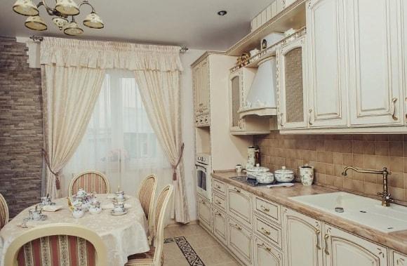 Кухня в стиле прованс с белой тюлью