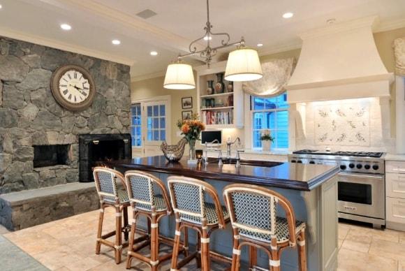 Кухня в стиле прованс с часами на стене