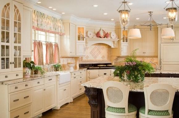 Кухня в стиле прованс с короткими шторами