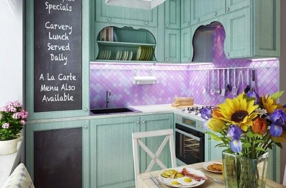 Кухня в стиле прованс с красивым фартуком