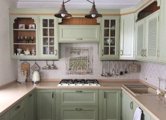 Кухня в стиле прованс с красивым панно