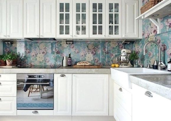 Кухня в стиле прованс с красивым скинали