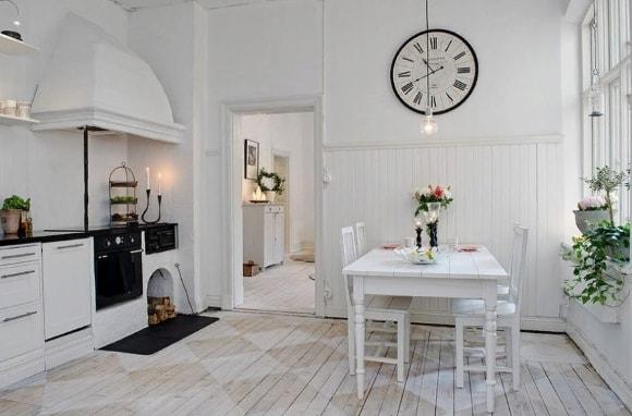 Кухня в стиле прованс с крупными часами