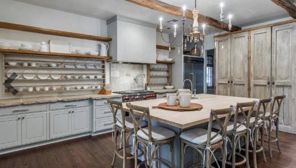 Кухня в стиле прованс с открытыми полочками