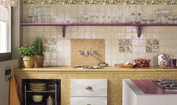 Кухня в стиле прованс с панно на стене