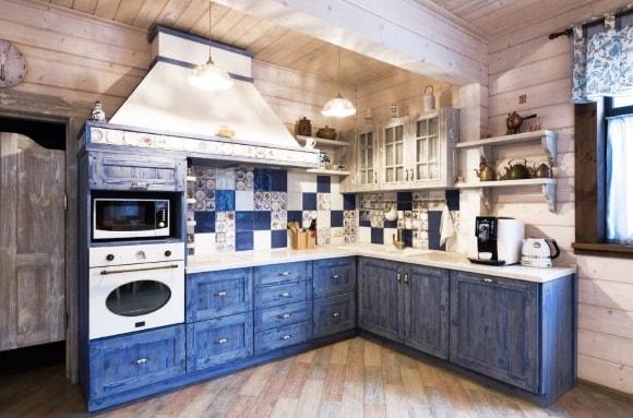 Кухня в стиле прованс с синим гарнитуром
