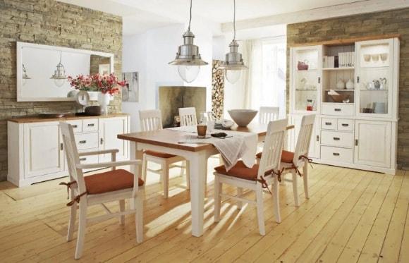 Кухня в стиле прованс со стульями