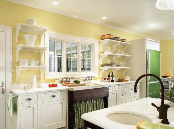 Кухня в стиле прованс со светлыми стенами