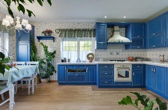 Кухонный гарнитур в стиле прованс синего цвета