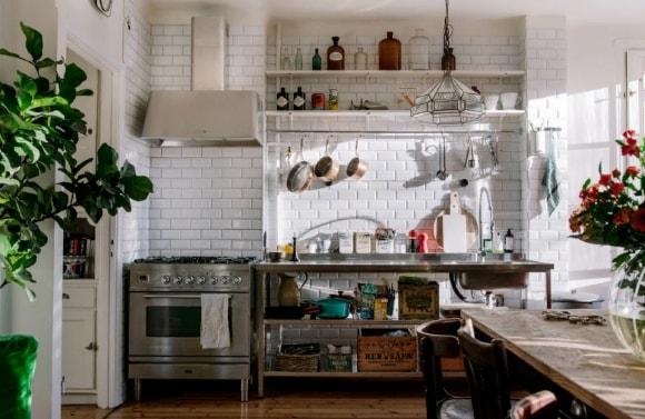 Одноярусный гарнитур в стиле прованс на кухне