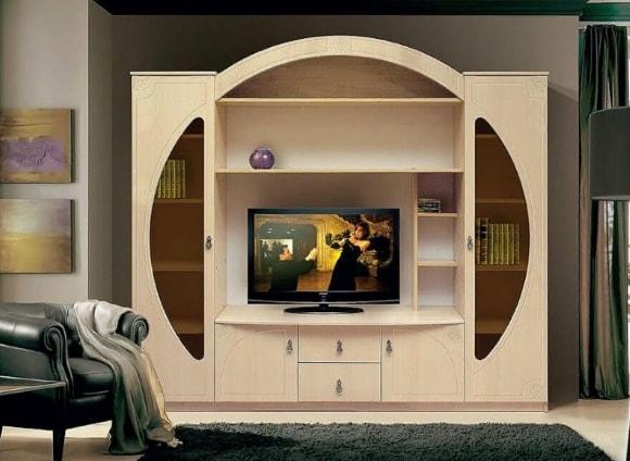 Современная стенка круглой формы в гостиной комнате