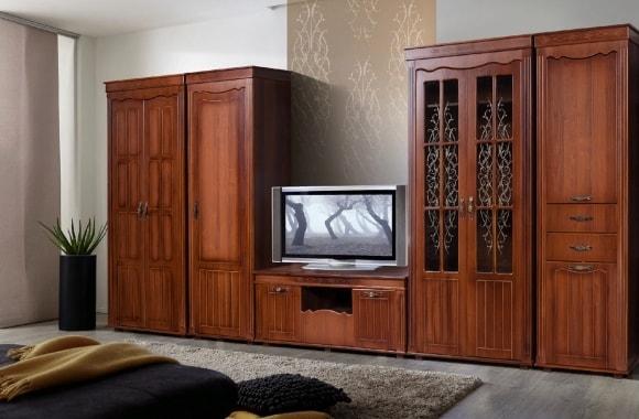 Стенка в интерьере гостиной цвета орех