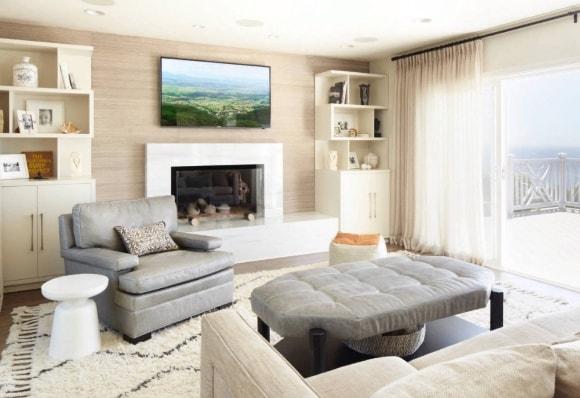 Стенка в интерьере гостиной с камином