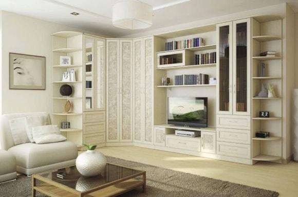 Светлая стенка в интерьере гостиной