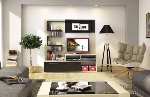 Фотографии в рамках на поверхности стенки в гостиной комнате
