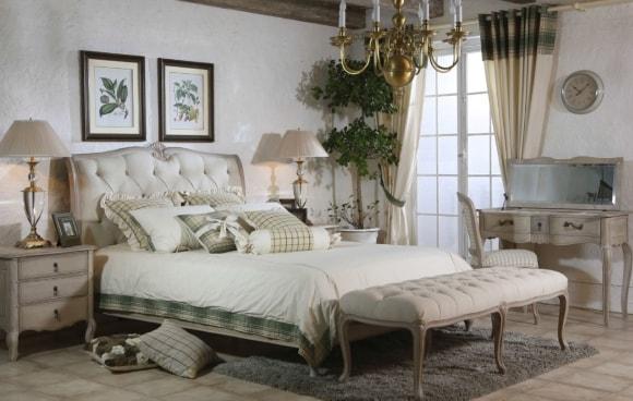 Дизайн прованской спальни с кофейным столиком